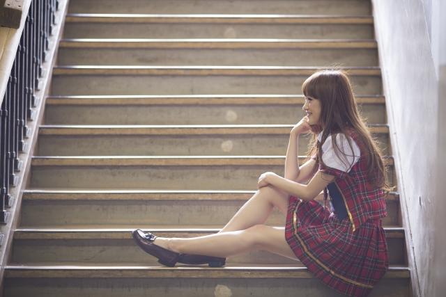 スカートを魅力的に履きたい方へ!しわを防ぐ座り方や対処法