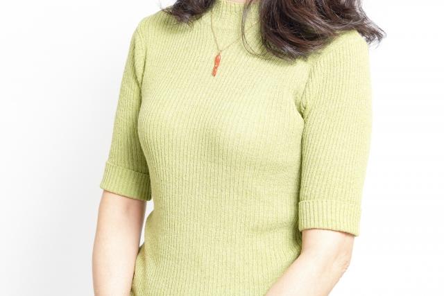 セーターにネックレスを付ける場合、どんな合わせ方が良い?