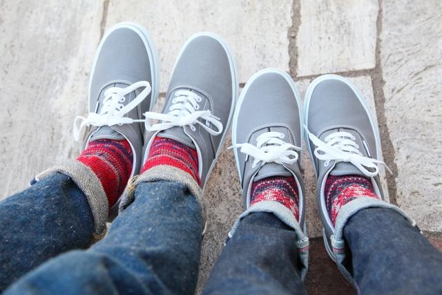 ジーンズにスニーカー、靴下でお洒落なレディースコーデを!