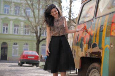 スカートは膝丈のフレアで決まり!大人女子力を見せつける!