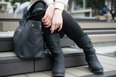 スカートと黒タイツをおしゃれに着こなすには靴もポイント!