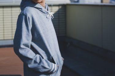 冬のパーカーコーデならセーターとシャツの重ね着がおすすめ
